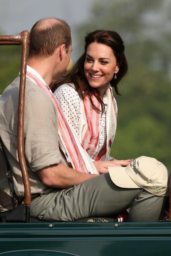 Katalin úgy pillant Vilmosra, ahogyan minden férfi vágyja, hogy ránézzen a kedvese: tele van szerelemmel.