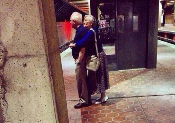 A metrónál álldogálva, mint a tinik az első szerelem idején.