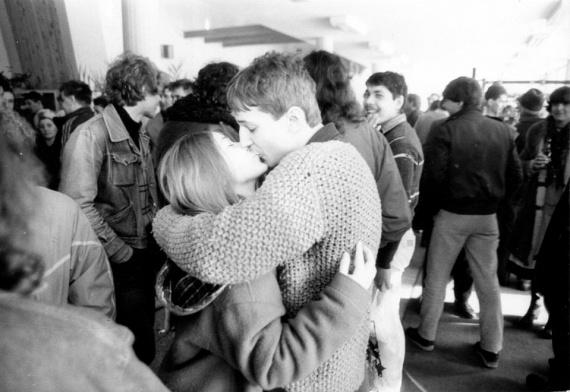 1984-ben egy percre megállt az idő, amikor ez a helyes pár szenvedélyes csókot váltott a tömegben.