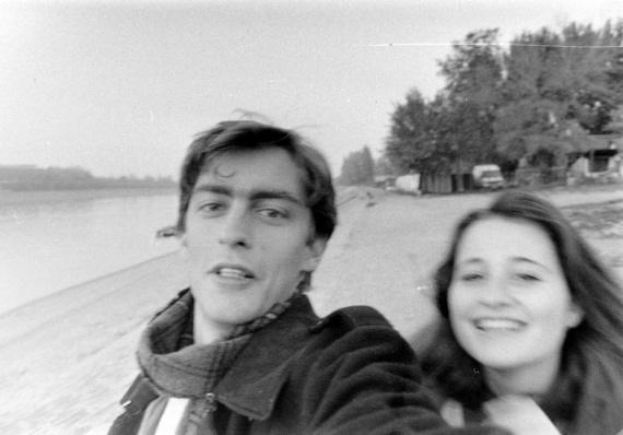 Bizony, a szelfi nem a jelenkor találmánya. Bár akkoriban még nem volt hová posztolni a képeket, már készítettek ilyen fotókat - akárcsak ez a fiatal, sugárzó pár.