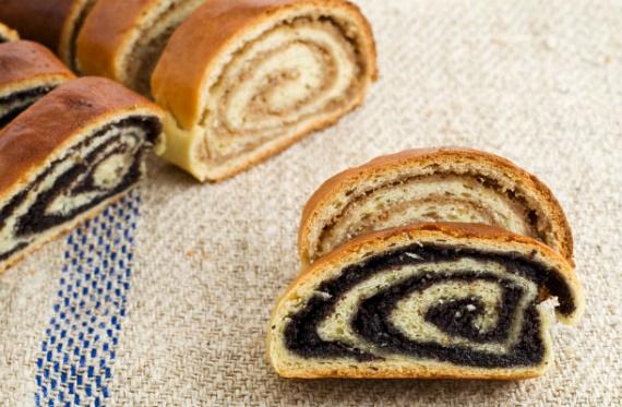 Nincs karácsony bejgli nélkül. A tipikus magyar desszert nem hiányozhat a te ünnepi asztalodról sem. Dióval, mákkal - amelyek a szájhagyomány szerint gazdagságot és szerencsét hoznak -, esetleg csokoládéval töltheted meg a kelt tésztát. Mutatjuk a receptet!
