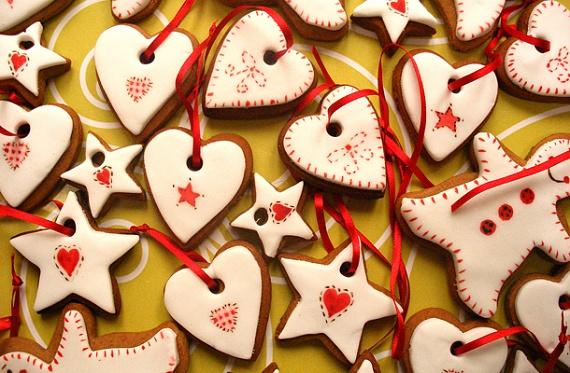 A mézeskalács a karácsonyi gasztronómia lelke, nélküle nem is igazi az ünnep. Az amerikai desszert már belopakodott a hazai ünnepi édességek közé is, ami nem meglepő, hiszen szinte lehetetlen elrontani. Díszítheted fehér vagy színes mázzal, magvakkal, cukorgyöngyökkel egyaránt. Mutatjuk hozzá a receptet!