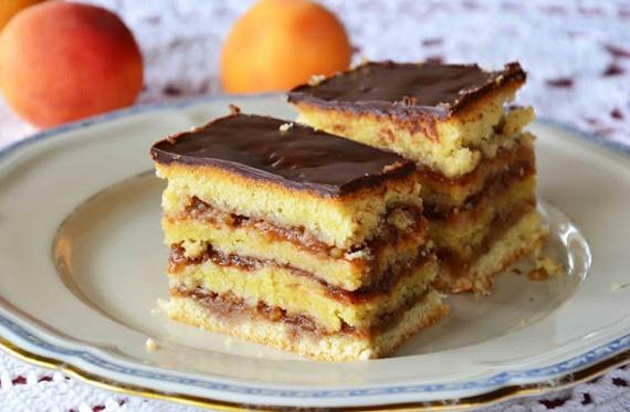 A diós sütik legjobbjának szokták nevezni a zserbót, ami a csokoládé-dió-sárgabaracklekvár tökéletes ízkombinációjának köszönheti népszerűségét, valamint annak, hogy sokáig eláll. Most megtudhatod, hogyan is készül a finom édesség klasszikus változata. Íme, a recept!