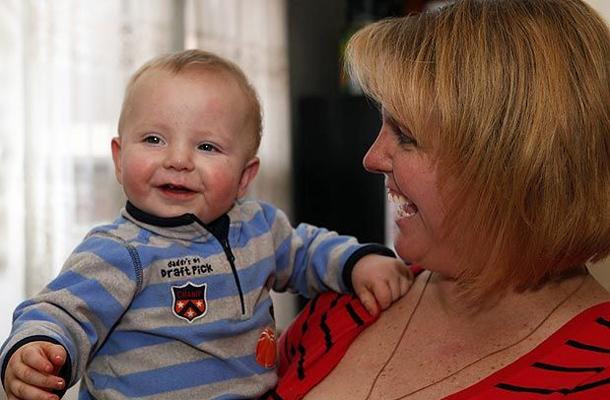 Tracey és a kis Coltyn egy évvel az eset után