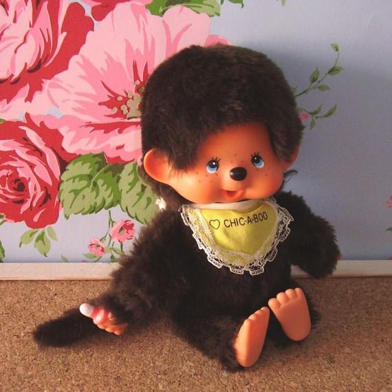 Moncsicsi, a bájos majombaba eredetije 1974-ben készült el Japánban, innen pedig elképesztő sebességgel indult hódítóútjára. A '80-as években már itthon is elképesztő sikere volt az óvodás és kisiskolás korosztály körében, bár az eredete nem volt ismert a többség számára.