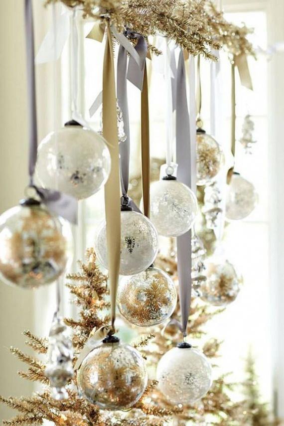 Az arany és az ezüst csillogó variálása nagypolgári karácsonyok hangulatát varázsolja a lakásba. Egyszerű és üres üvegdíszeket vásárolj, és töltsd meg őket csillagokkal, apró hungarocell golyókkal, melyek havas gömbnek láttatják a díszeket. Ezüst és fehér szalagokkal függeszd fel őket egy arany festékkel befújt girlandra vagy igazi fenyőágra.
