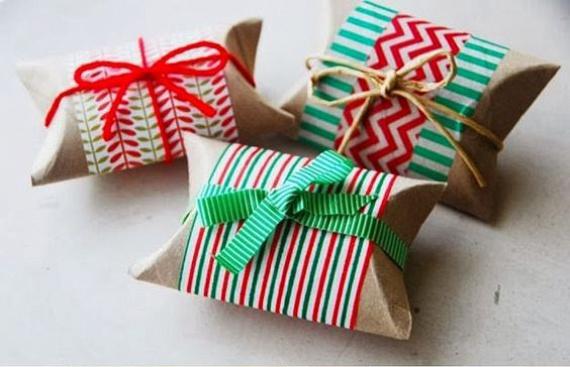 Ha a gurigák két végét óvatosan összenyomod, az oldalakat pedig összeragasztod, a képen látható dobozkákat kapod meg. Ezeket tetszés szerint díszítheted, felfűzheted zsinegre, vagy egy kartonra is ragaszthatod. A kis ajándékdobozok egészen karácsonyig izgalommal töltik majd el a gyerekeket.