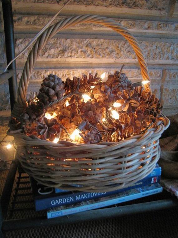 Ennél gyorsabban kivitelezhető karácsonyi dekoráció szinte nem is létezik: az összegyűjtött, egészséges tobozokat kicsit mosd meg, majd miután megszáradtak, helyezd őket egy fonott kosárba, és díszítsd fényes égősorral. A nappaliban kiváló helye lehet ennek a ragyogó dekornak.