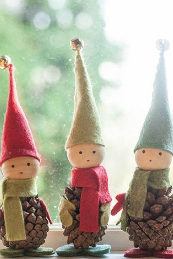 Ezekkel az édes, karácsonyi, fázós manócskákkal könnyedén feldobhatod a gyerkőcök szobáját, de ajándéknak is kiválóak lehetnek. Szükséged lesz pár különböző színű filcdarabra, tobozra, ragasztóra, tűre, cérnára és pár fából készült gömbre. A manókat ide kattintva tudod elkészíteni.