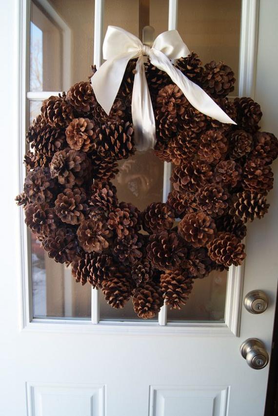 Ha rendhagyó ajtódíszre vagy adventi koszorúra vágysz, a tobozból készült változatot mindenképpen próbáld ki. Vond be a gyerekeket az elkészítésébe, és videónk segítségével alkossátok meg együtt a karácsony egyik legszebb dekorációját. A szomszédok is elámulnak majd a látványtól!