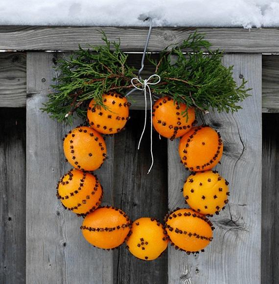 Egyszerű és látványos ez a narancskoszorú, melyet külső kapukra is rakhatsz kopogtatóként. Így az érkező vendégek orrát belépéskor megcsapja a gyümölcsbe tűzdelt szegfűszeg és csillagánizs illata.salttree.net