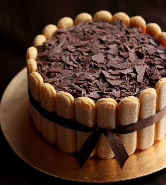 Sokszor az egyszerű édességek sokkal mutatósabbak és finomabbak, mint órákig készülő társaik. Ilyen például a csokis Charlotte-torta, amelyben az a legjobb, hogy elkészítés után rögtön elfogyaszthatod! A gyerekek az oldalán lévő vaníliacukros babapiskótákat pedig imádni fogják. Mutatjuk, hogyan készítsd el!