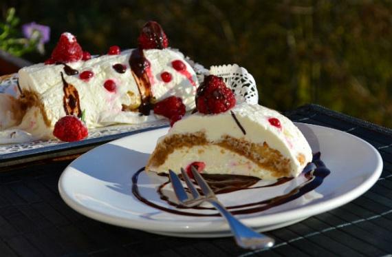 Ezt a könnyed, gyümölcsös, babapiskótás sütit habos álomként is ismerheted. Bármilyen bogyós gyümölccsel, de akár citrommal, naranccsal is elkészítheted az ünnepekre. Nem baj, ha mirelitet használsz, a vendégsereg így is megnyalja majd a tíz ujját az édesség elfogyasztása után! Kattints a receptért!