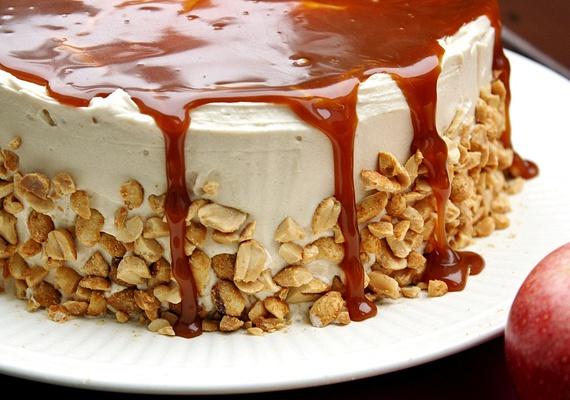 A karamellás-kekszes habos torta elkészítése első ránézésre talán bonyolultnak tűnhet, pedig nem az, hiszen csupán kekszmorzsára, vajra, tejszínre, tojásra, zselatinfixre és egy kis mogyoróra lesz szükséged. Ugye, nem is hangzik olyan bonyolultan? Kattints a látványos, ám könnyen elkészíthető receptért!