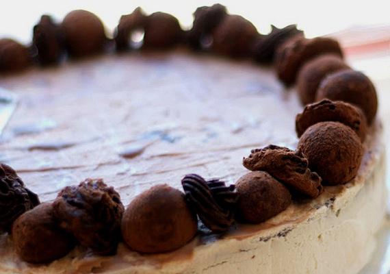 A kávés, tejszínes tortához kapucsínókrémes étcsokoládéra és az intenzívebb íz elérése érdekében holland kakaóporra lesz szükséged. Elsősorban felnőtteknek ajánljuk ezt a különleges desszertet, amelynek tetejét csokitrüffelekkel teheted még finomabbá. Nézd meg, hogyan készül!