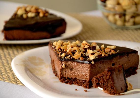 A nutellás, kekszes, tejszínes torta minden bizonnyal a gyerekek egyik nagy kedvence lesz az ünnepekkor, hiszen étcsokit, tejcsokit és mogyorókrémet is tartalmaz. A felnőttek részére egy kis rumot is belecsempészhetsz az édességbe. Kattints a receptért!