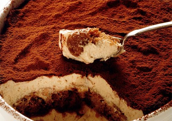 Az édesszájúak egyik nagy kedvence a tiramisu, amelyet nemcsak az ünnepekkor, de az év bármely napján könnyen elkészíthetsz. Ez az ínyencség minden szempontból tökéletes választás, fahéjjal készítve pedig még karácsonyi ízvilágot is teremt. A receptet ide kattintva találod!