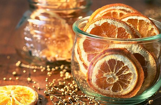 Jól mutatnak a narancsszeletek az üvegben