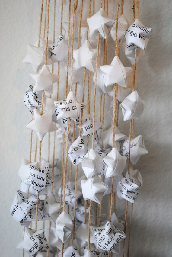 Ha egy kis kézügyességgel rendelkezel, az előbbiek mintájára készthetsz origami csillagfüzéreket is. Garantáltan jól mutatnak az ablakon vagy akár az ajtón és a falon is, ráadásul csak néhány egyszerű lépést kell követned. A fotón látható csillagok képes útmutatóját ide kattintva érheted el.