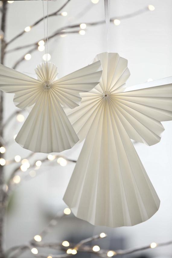 A lakásnak és az ablaknak egyaránt gyönyörű díszei lehetnek ezek a legyezőszerűen meghajtogatott, hófehér angyalok, amelyekhez néhány fehér papírra és egy kis fehér zsinegre van csak szükség. Akár egyet készítesz, akár egy egész angyalsereget, igazán meghitt végeredményt érhetsz el.