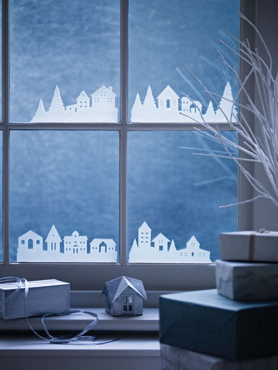Amennyiben nem tartozol a giccs nagy rajongói közé, ezt az ablakdíszt neked találták ki. A rendezetten álló házikók és fák sziluettje egy csapásra egy mesebeli falut varázsol az ablakodra. A fehér szín pedig bámulatos, havas hatást kelt majd. Arra figyelj, hogy a közvetlenül az üvegre illesztett díszek alapanyagául erősebb, esetleg vízálló, paraffinált papírt válassz, hogy a párás ablakon is szépen mutathasson! Ide kattintva mutatunk egy sablont is.