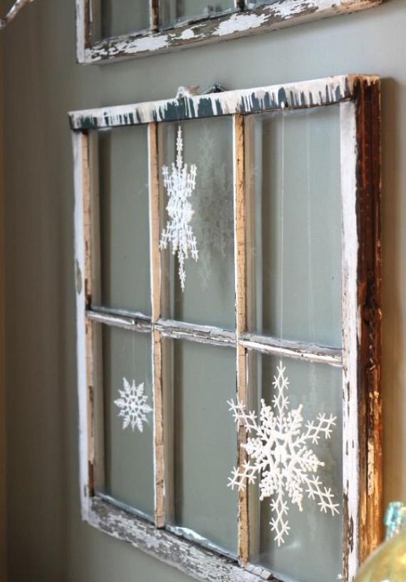 Ha a túlzott karácsonyi díszítést giccsesnek találod, és inkább a klasszikus dekorációt részesíted előnyben, az előbbiek minimalista verzióját is elkészítheted, akár a képen látható antik hatású bútorokkal kombinálva. Egészen más látványt nyújt, ám az ünnepi hatás így sem marad el.