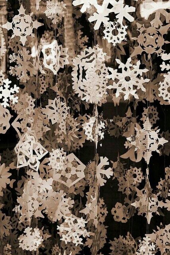 A cirkalmas mintájú hópelyhek már-már elengedhetetlen részei a karácsonyváró dekorációnak. Készíts belőlük füzéreket, és meglátod, az ünnep egy csapásra beköltözik velük a lakásba. Az egyszerű fehér papír szép és letisztult összhatást eredményez még a legnagyobb hóviharban is.