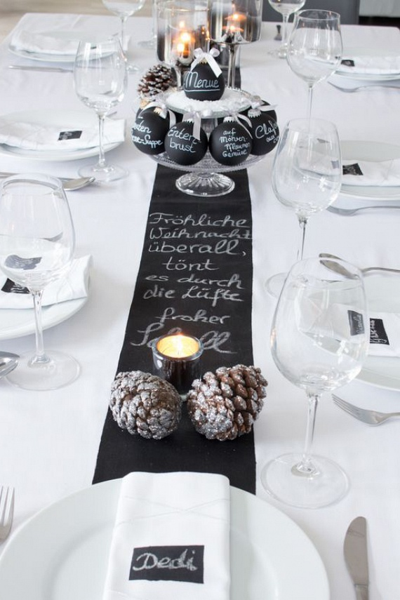 Ha nem kedveled a színpompát, ne erőltesd. Legyen csak a karácsonyfa színes, az asztalt pedig uralja a visszafogott fehér. Az étkészlet esetében is tanácsos az egyszerűségre törekedni, a fekete asztaldíszek úgyis izgalmassá teszik. Ez utóbbihoz válassz fekete színű asztali futót, amelyet pár mécsessel és tobozzal dobhatsz fel.