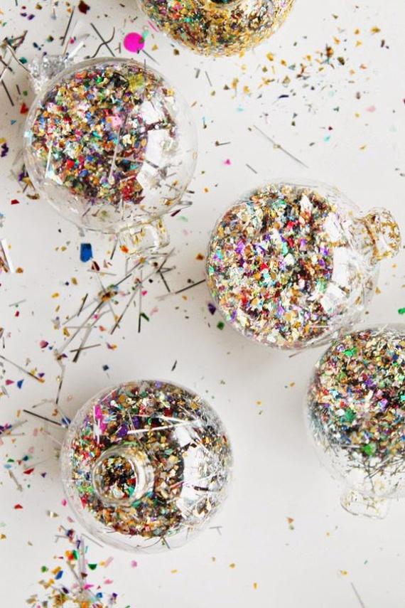 Fel szeretnéd dobni valamivel a megunt, egyszerű karácsonyi gömbjeidet? Szerezz be egy kis csillámport vagy színes, csillogó konfettit, tölts meg az átlátszó gömböket ezekkel, és már fel is díszítheted a fádat! A fázisfotókért kattints ide!