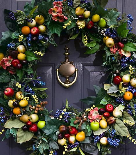 Szemet gyönyörködtető karácsonyi koszorúk a bejárati ajtóra