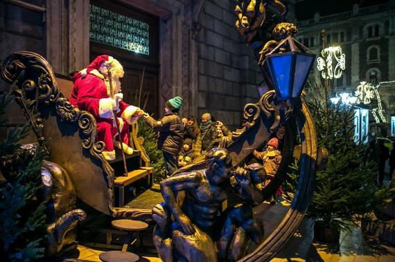 Klasszikus az Operaháznál                         Az Andrássy úton a szervezők a kellemes kis karácsony vásárt nemes egyszerűséggel csak Diótörő Fesztiválnak hívják. A hangulatot valóban a közkedvelt Hoffmann-Csajkovszkij hőse ihlette. Életnagyságú figurája ott áll az Operaháznál, a többi mesealakkal együtt. A Hajós utcai szfinx mellett óriási téli szánkó áll, ahonnan stílszerű jelenetben lehet szelfiket posztolni szerte a mátrixba. Az Operaház művészei és dolgozói az advent heteiben komoly karitatív tevékenységet is végeznek, mert a kis vásár bódéiban saját maguk árulják a forralt bort és mézeskalácsot. A bevétel pedig jótékony célokat szolgál, melyekből akad bőven ebben az időszakban.