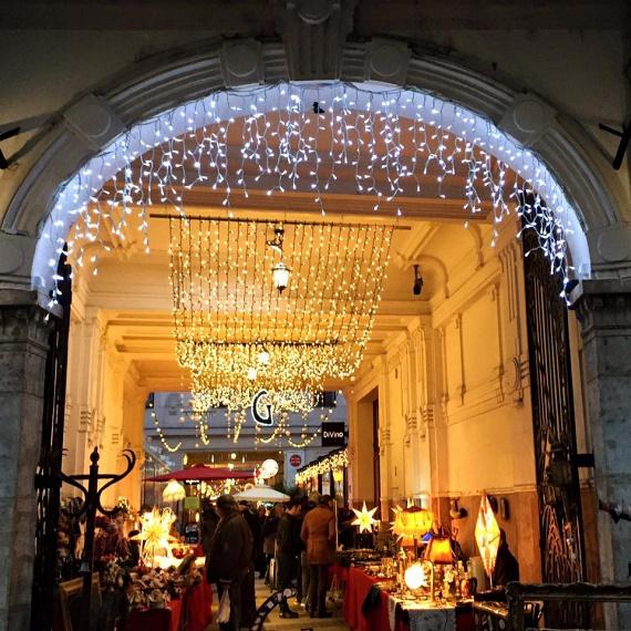 Rendhagyó a Gozsduban                         Adventi Királyi Vásár néven fut a legkülönlegesebb karácsonyi market a VII. kerületben. Ez fut bele a Gozsduba, a népszerű vigalmi negyedbe, ahol a fiatalok habitusuknak megfelelően ünnepelhetnek munka vagy tanulás után egy korsó forró mazsolás gyümölcsborral. Ez az ünnepi piac olyan, mintha a '60-as évek hippi korszaka költözött volna a bel-budapesti bérházak gangjai alá. Ünnepire szabott reform- és biofalatokat kóstolhatsz, élvezheted a hanuka szokásait és ízvilágát, vintage díszek után vadászhatsz a retró barlangban. A Gozsdu Ünnepi Udvar felpörgetve hangol majd rá a karácsonyra.