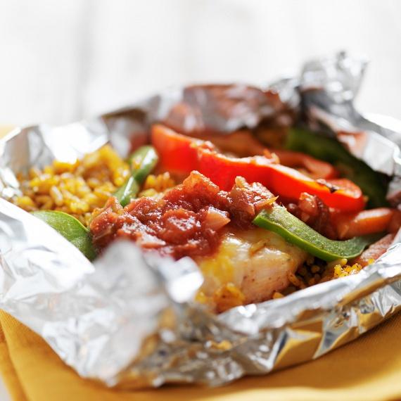 Ha nem a halat, és nem is a pulykát választanád, az ünnepi asztalra készíthetsz egy különleges fogást akár csirkemellből is. Süsd alufóliában, akkor biztosan nem fog kiszáradni sem! Még ínycsiklandóbb lesz a végeredmény, ha ízlés szerint választott zöldségeket teszel mellé. Ebben az esetben a köret elkészítésével sem kell bíbelődnöd.