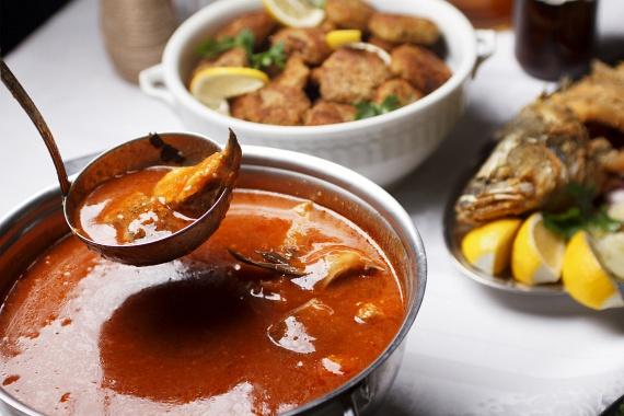 Egy kimaradhatatlan klasszikus a konyhából: a legtöbben aligha tudnák elképzelni a karácsonyt halászlé nélkül. Ha te is így vagy vele, ezzel a recepttel egyszerűen nem lőhetsz mellé.