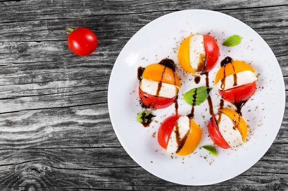 A zamatos, roppanós paradicsom és az olaszok kedvelt képlékeny sajtja csodálatos ízharmóniát alkot, főleg, ha megbolondítod egy kis oregánóval és borecettel. Csinosabb és gusztusosabb látványt nyújt az előétel, ha mini mozarellagolyókat kombinálsz piros és sárga koktélparadicsommal. Egyetlen gombóc sem marad belőle.