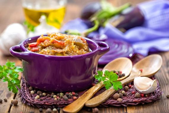 Az ízlelőbimbókat kényeztető, selymes fokhagymás padlizsánkrémből nem tudsz majd eleget keverni. Az ünnepi asztalon szervírozhatod vékonyra vágott baguette-karikákkal, grissinivel - ami olyan, mint egy óriás ropi -, de akár hasábokra vágott, szivárványszínű nyers zöldséget is adhatsz mellé. Ilyen lehet a sárgarépa, a zellerszál, a kígyóuborka. Egyedi padlizsánkrémünk titkát itt találod!