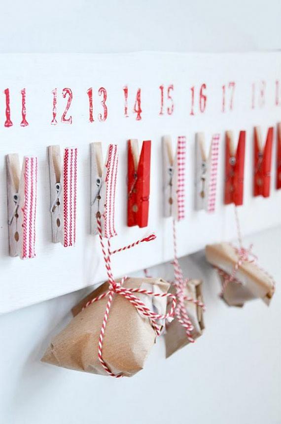 Bájos ez a skandináv stílusú adventi sáv. Szerezz 24 darab fehér, piros vagy egyszerű faszínű ruhacsipeszt. Ezeket díszítsd karácsonyi mintás matricacsíkokkal vagy akár kis darabokra vágott szalagokkal. Ragaszd fel őket egy nagy, széles kartonlapra. Az apró ajándékok sima csomagolópapírral vannak körbetekerve, és piros-fehér madzaggal rögzítették őket a csipeszekhez.