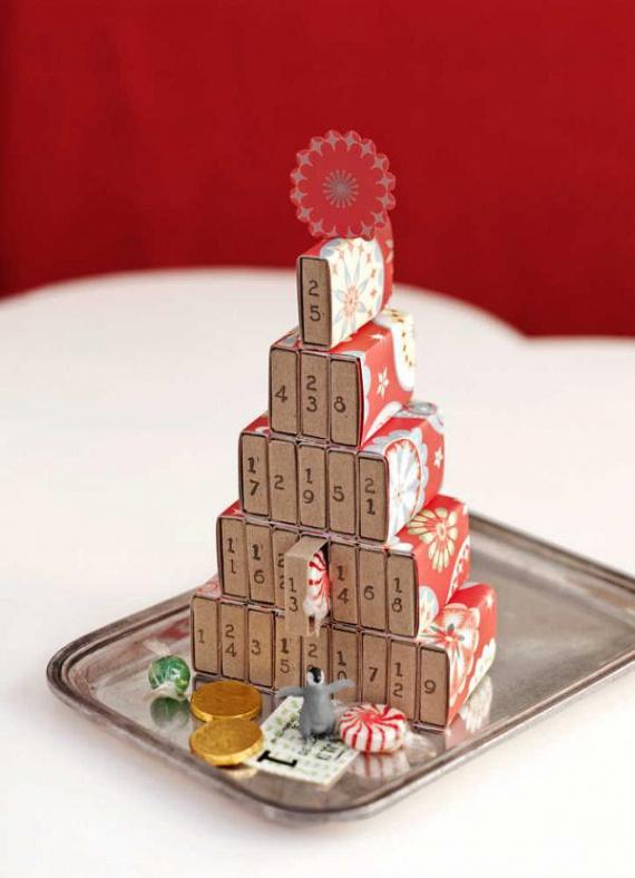 Iskoláskorunkban, amikor még voltak gyakorlati és technikafoglalkozások, készítettünk kiürült dobozokból maketteket. Ezen az elven alapul a gyufásskatulyákból összeragasztott, csinos kis adventi naptár. Előtte érdemes a dobozokat bevonni valamilyen szép mintájú karácsonyi szalvétával. A célra tökéletesen megfelelnek a kiürült gyógyszeres papírdobozkák is, mert azokba több ajándék fér.
