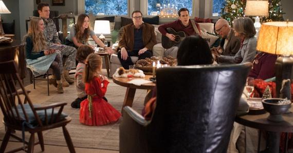 Káosz karácsonyra (Love the Coopers, 2015)A Káosz karácsonyra a tavalyi év menetrendszerű családi ünnepi filmje, amely végén elégedetten és keserűen mosolyogva dőlünk hátra a fotelben. Kajánul nyugtázzuk, hogy mindenkinek a családjában vannak defektes tagok, hogy minden ünnepi készülődés konfliktusokkal és vitákkal tűzdelt, és a legtöbbünket enyhe gyomorgörcs kapja el a grandiózus és erőltetett karácsonyi összeterelések és vacsorák alkalmával. Ez a film csak annyira vicces és tragikus, megható és gyarló, mint legtöbbünk karácsonya.