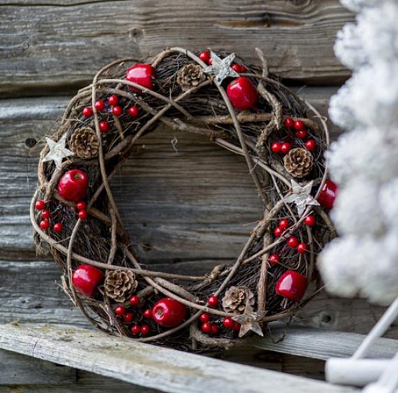 Néhány hajlékony vessző, például fűzfa felhasználásával szintén feldobhatsz bármilyen egyszerű koszorúalapot, így akár a nagy tobozokat is lehagyhatod róla. Néhány egyszerű karácsonyfadísszel és bogyókkal, például magyallal, esetleg fagyönggyel tovább is emelheted az ünnepvárás fényét.