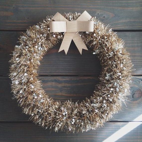 Nálatok is hever néhány olyan boa, amely ugyan kifogástalan, mégis valamiért már nem aggatjátok fel a karácsonyfára? Akár ennek felhasználásával is készíthetsz egy igazán egyedi ajtódíszt. Ehhez a hatalmas masni helyett akár egy kis papírmasni is elég lesz.