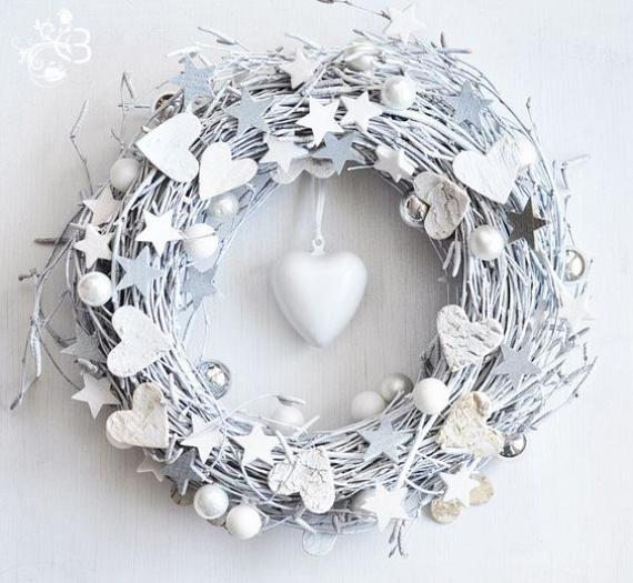 A hófehér már önmagában is meghitt ünnepi hangulatot eredményez, egy izgalmas motívumoktól díszes koszorún pedig maga a tökély. Csillagok, szívek, gömböcskék: minden forma pompázatosan fest ebben a letisztultságban.