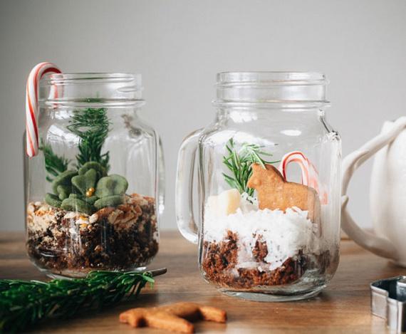 Ezeket az apró mesevilágokat szélesebb szájú üvegből érdemes elkészíteni. Alulra fakéregdarabkák, forgács és moha kerülhet. Felülre sóból vagy cukorból szórt rétegből állhat a hó. A mézeskalács-lovacska vagy a gyurmából formált kövirózsa idilli képet mutatnak. Ez az ötlet remekül használható, ha ehető dolgokat rétegezel a befőttesüvegbe. Müzlit, joghurtot, keményebb krémet, granolát rakhatsz a dunsztosba, és a virágot is megformálhatod marcipánból. Tökéletes ajándék, desszert és dekoráció egyben.