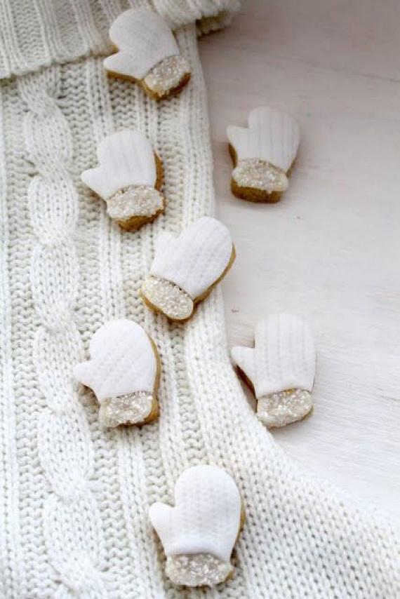 Édes kis kesztyűket varázsolhatsz egy egyedi sütiszúró, fehér máz és ehető csillámpor segítségével. Vond be hófehér masszával az elkészült süteményeket, majd egy gombostű segítségével nyomogasd meg a tetejüket. Az alját szórd meg csillámmal.