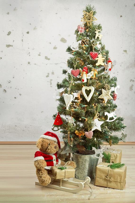 Skandináv - Az északi színvilágú karácsonyt kedvelőknél a fa általában piros-fehér színben pompázik. Ha ezt kedveled, akkor számodra elsődleges a család. Arra törekszel, hogy a szeretteidnek nyugodt és harmonikus életet biztosíts. Sokat foglalkozol magaddal, lelkileg, fizikailag és mentálisan is próbálod folyamatosan karbantartani magadat. A benned lévő nyugalom és kedvesség kisugárzik másokra is, jó mentor vagy. A karácsonyi asztalodon biztosan van többféle aprósütemény és valamilyen különleges likőr.