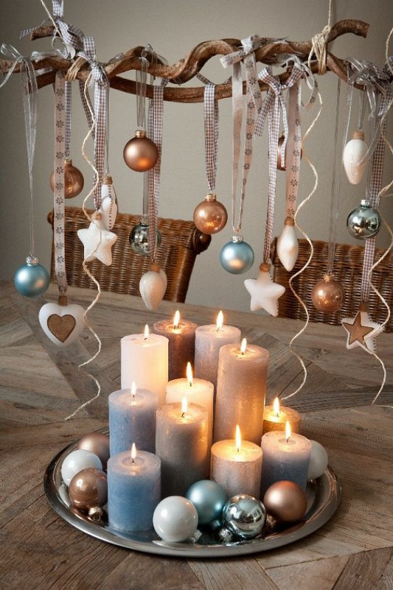 Egyszerűen és számtalan variációban elkészíthető ez a lakásdísz. Gyűjts össze a szabadból szép vonalú száraz ágakat. A csavarfűz gallyai mutatnak majd a legjobban. Aggass rá különböző méretű, formájú és színű karácsonyi gömbdíszeket. Az ágat a két végénél fogva egy-egy szalaggal rögzítsd a megfelelő helyre, és gyönyörködj benne.