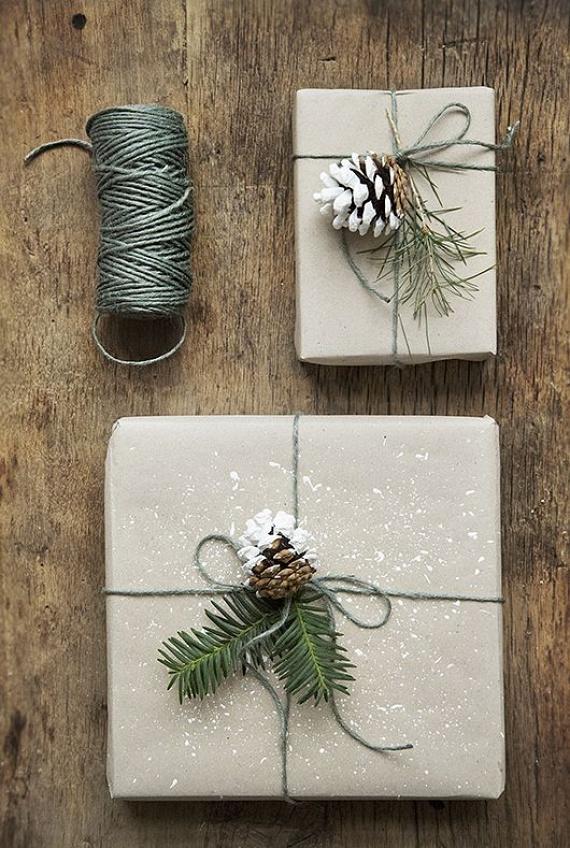 A csomagolás is az ajándék része, hiszen ez az első dolog, amit a megajándékozott megpillant, így érdemes erre is hangsúlyt helyezni. A természetben fellelhető kincsekkel is dekorálhatsz, pár fenyőgallyal és tobozzal dobhatod fel a látványt.