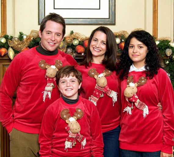 A Kiskarácsony mindenáron című filmben Matthew Broderick és Danny DeVito küzdöttek az ünnepi fényekkel. A lelkes családapa minden évben más-más karácsonyi pulcsiba öltöztette családját a kötelező fotózáshoz. Látszik, hogy a kamaszlánynak nem olyan őszinte a mosolya.