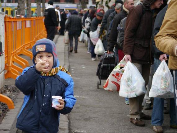 Az Ételt az Életért Alapítvány karácsonyi ételosztásain minden évben rengetegen részt vesznek: az otthontalan embereken túl nélkülözésben élő családok, gyermekek is beállnak a sorba némi főtt ételért és süteményért. Sokaknak az ünnepek idején is ez jelenti az egyetlen tál meleg ételt.