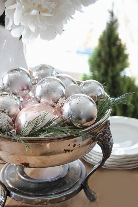 Ugyanezzel a módszerrel egy gyönyörű tálra is halmozhatod az egykor szép sebesülteket és a megunt darabokat. Egy kis tuja vagy más örökzöld társaságában remek dísze lehet az ünnepi asztalnak is ez a valóban filléres dekor.